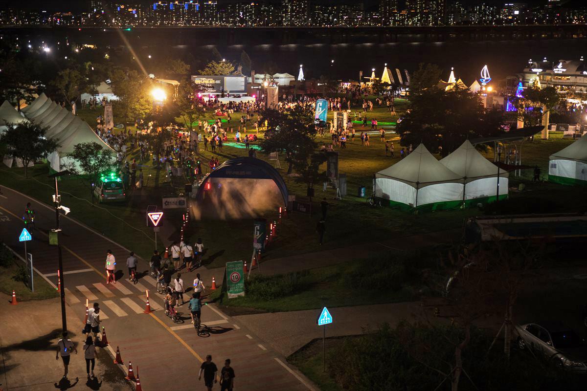 도시 캠핑 콘셉트로 꾸민 행사장에서는 다양한 부대 행사가 열린다. ⓒ 한강나이트워크42K